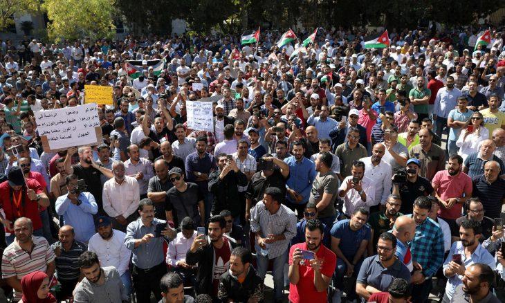 """أزمة المعلم الأردني إلى """"صراع إرادات"""" والتلويح بـ""""عقوبات"""" عند استئناف """"الدراسة"""""""