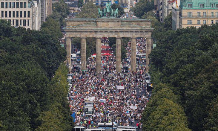 برلين.. آلاف الألمان يحتجون ضد قيود كورونا – (صور)