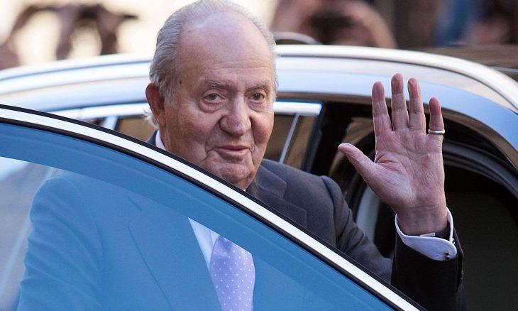 الملك الأب خوان كارلوس يغادر إسبانيا ويستقر في الخارج نتيجة الفضائح المالية مع أنظمة ملكية عربية
