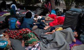 """لاجئون سمح لهم بمغادرة مخيم """"الجحيم"""" في اليونان ينتهي بهم الأمر على قارعة الطريق"""