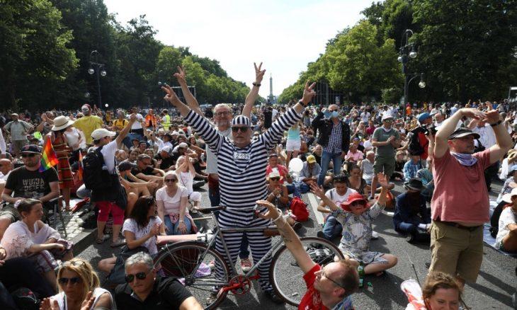 """آلاف الألمان يتظاهرون ضد """"مؤامرة كورونا"""" وتهديدات بتشديد العقوبات على المخالفين"""