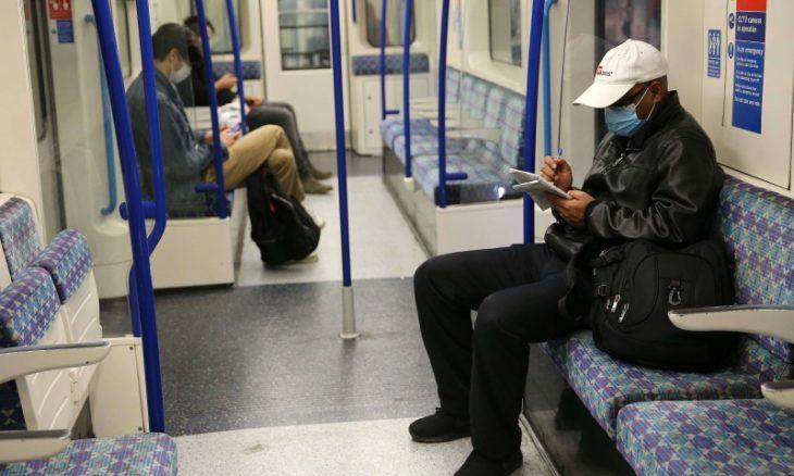 رجل أبيض يوجه إهانات عنصرية لشبان سود في مترو لندن ويتلقى عقابا شديدا- (شاهد)