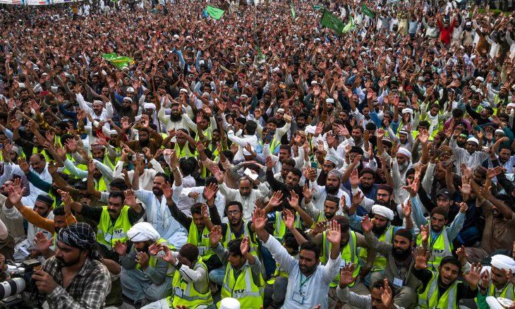 """تصاعد الاحتجاجات في باكستان ضد صحيفة """"شارلي إيبدو"""" لإعادة نشرها الرسوم المسيئة للنبي محمد  -(صور)"""