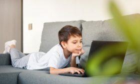 كيف يمكن أن تساعد طفلك في كشف نظريات المؤامرة على مواقع التواصل الاجتماعي؟