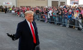 واشنطن بوست: ترامب ينوي إعادة تشكيل الحكومة الأمريكية بطريقة تلبي نزواته وغروره وأرباحه وعنصريته