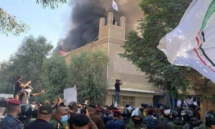 متظاهرون عراقيون يحرقون مقر الحزب الديمقراطي الكردستاني في وسط بغداد- (فيديو)