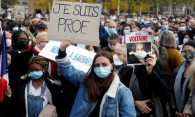 آلاف يتجمعون في باريس تكريماً لذكرى مدرّس قتِل بقطع الرأس