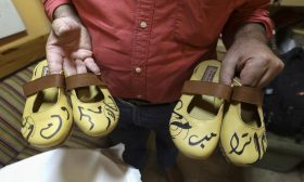 فلسطيني يختم بالخط العربي اسمي ترامب وماكرون على أحذية يصنعها يدويا -(صور)