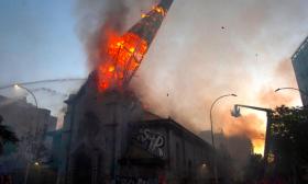 تشيلي.. لحظة انهيار قبة كنيسة تاريخية بعد إضرام النار فيها خلال احتجاجات