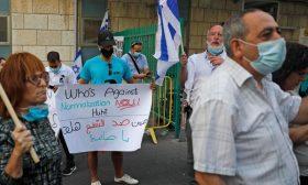 إسرائيليون يتظاهرون رفضاً لعلاج صائب عريقات في مستشفى بالقدس المحتلة