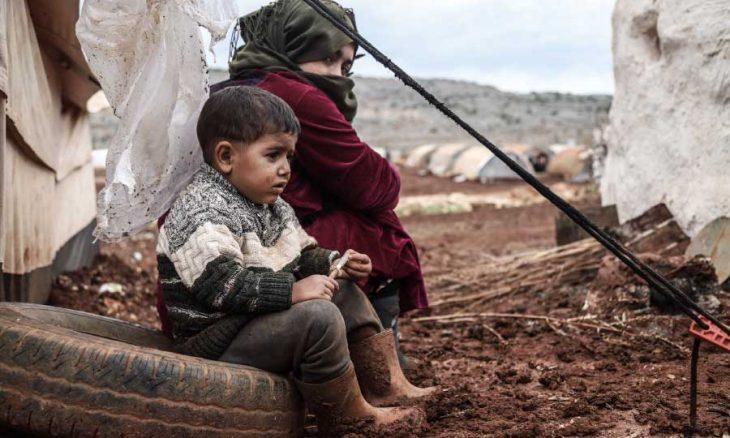 العواصف والأمطار تفاقم معاناة النازحين وتهدم أكثر من 50 مخيماً شمال غربي سوريا