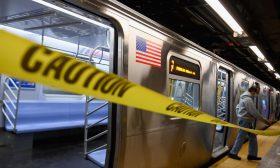 شاب يدفع امرأة نحو سكة الحديد لحظة مرور القطار في نيويورك – (شاهد)
