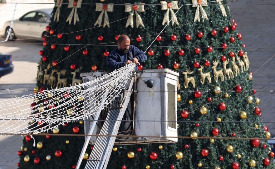بيت لحم تضيء شجرة الميلاد دون حضور جماهيري  رام الله: أضاءت مدينة بيت لحم، مساء السبت، شجرة الميلاد إيذانا ببدء الاحتفالات الرسمية بأعياد الميلاد للطوائف المسيحية.  وجرى حفل إضاءة شجرة الميلاد، ضمن بروتوكلات صحية مشددة، نظرا 1-38