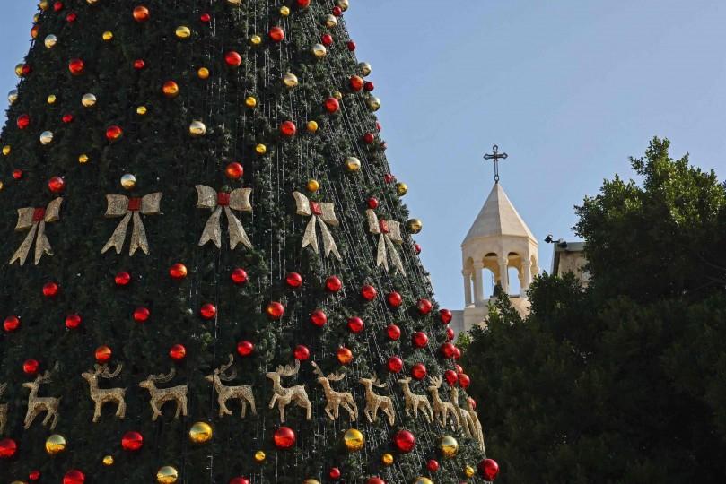 بيت لحم تضيء شجرة الميلاد دون حضور جماهيري  رام الله: أضاءت مدينة بيت لحم، مساء السبت، شجرة الميلاد إيذانا ببدء الاحتفالات الرسمية بأعياد الميلاد للطوائف المسيحية.  وجرى حفل إضاءة شجرة الميلاد، ضمن بروتوكلات صحية مشددة، نظرا 2-9-scaled