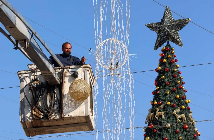 بيت لحم تضيء شجرة الميلاد دون حضور جماهيري  رام الله: أضاءت مدينة بيت لحم، مساء السبت، شجرة الميلاد إيذانا ببدء الاحتفالات الرسمية بأعياد الميلاد للطوائف المسيحية.  وجرى حفل إضاءة شجرة الميلاد، ضمن بروتوكلات صحية مشددة، نظرا 3-10-scaled