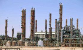 انتعاش هش لإنتاج النفط الليبي مع بقائه عرضة للرهانات السياسية
