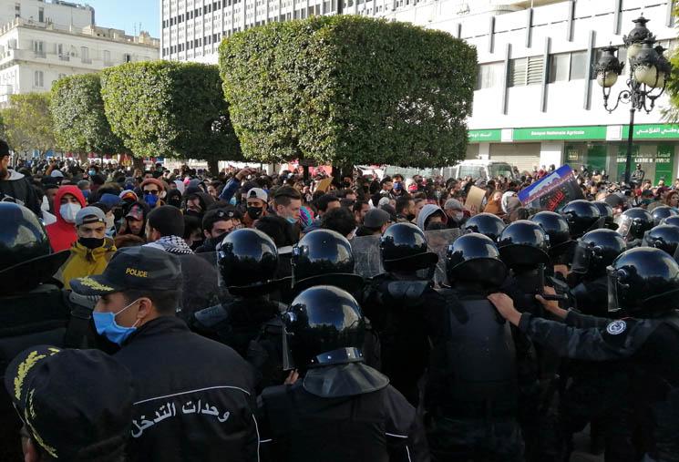 تفجر احتجاجات جديدة في تونس بعد وفاة محتج مصاب
