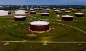 زيادة مفاجئة في المخزونات الأمريكية تهبط بأسعار النفط