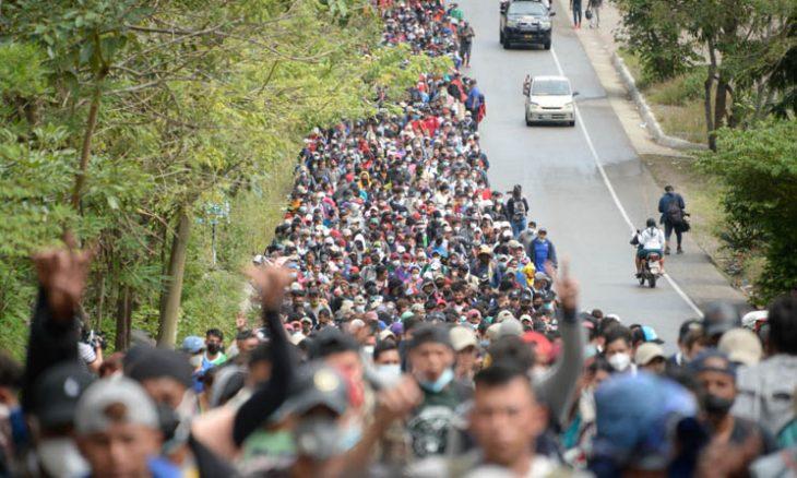 """إدارة بايدن تطلب من """"قافلة المهاجرين"""" عدم المجيء للحدود الأمريكية"""