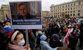 سياسي ألماني بارز يطالب الاتحاد الأوروبي بمعاقبة بوتين على اعتقال نافالني