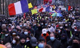 """مظاهرة ضد مشروع قانون """"الأمن الشامل"""" وفصل عاملي الصحة في فرنسا- (صور وفيديو)"""