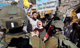الخارجية الفلسطينية: حرمان أهالي الضفة من الوصول للأقصى ومنع الأذان في الإبراهيمي حرب دينية