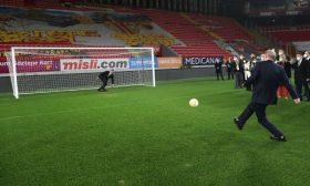 أردوغان يسدد ركلة جزاء في افتتاح ملعب كرة قدم