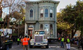 """نقل منزل """"فكتوري"""" من شارع إلى آخر في سان فرانسيسكو- (شاهد)"""
