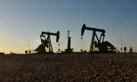 النفط يصعد مع استئناف أنشطة اقتصادية بالولايات المتحدة وأوروبا