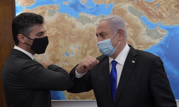 رئيس الوزراء الإسرائيلي بنيامين نتنياهو وسفير الإمارات لدى تل أبيب محمد آل خاجة