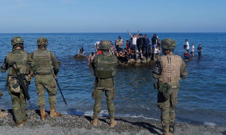 اسبانيا تنشر الجيش في سبتة لمواجهة هجرة آلاف المغاربة والاتحاد الأوروبي ينبه المغرب… والسبب موقف مدريد من الصحراء