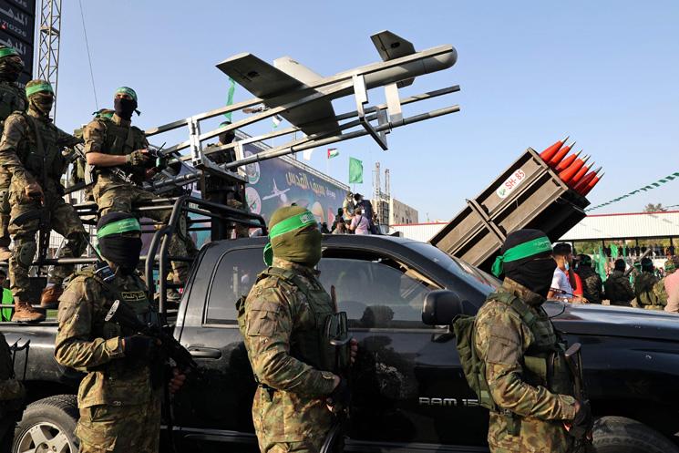 استعراض عسكري لحماس في قطاع غزة يتخلّله عرض راجمات وصواريخ ومسيّرة