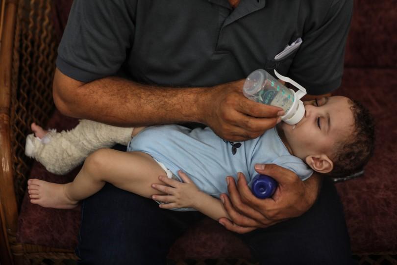 الفلسطيني محمد الحديدي استيقظ على مجزرة طالت عائلته ولم يتبق له سوى طفله عمر Gaz-9-scaled