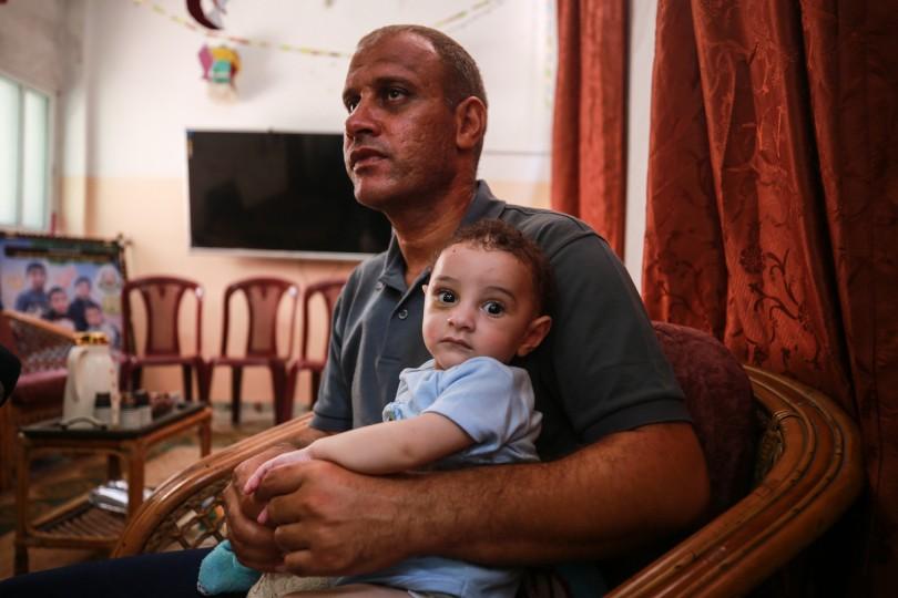 الفلسطيني محمد الحديدي استيقظ على مجزرة طالت عائلته ولم يتبق له سوى طفله عمر Gaz2-3-scaled