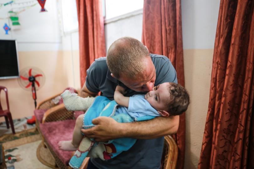 الفلسطيني محمد الحديدي استيقظ على مجزرة طالت عائلته ولم يتبق له سوى طفله عمر Gaz3-3-scaled