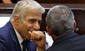 يائير لبيد نجم تلفزيوني سابق نجح في إقصاء نتنياهو