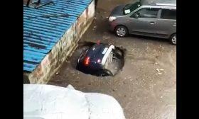 حفرة تبتلع سيارة خلال ثوانٍ في الهند