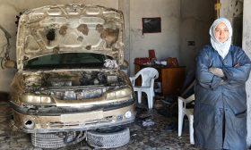 شابة موريتانية تكسر التقاليد وتمارس حرفة الميكانيكا المقتصرة على الرجال