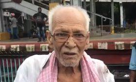 في اللحظة الأخيرة.. إنقاذ عجوز هندي من الموت تحت عجلات القطار- (شاهد)