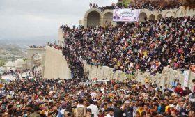 رغم الحرب والحصار.. اليمنيون في تعز يحتفلون بعيد الأضحى في قلعة القاهرة