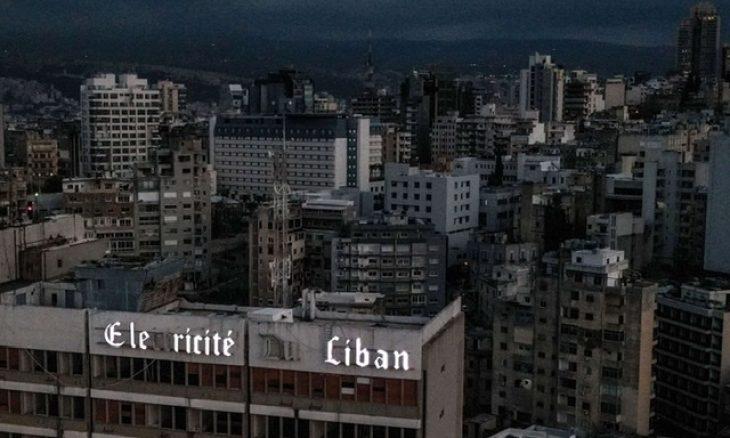 """لبنانيون يواجهون انقطاع الكهرباء بـ""""النوم في الشرفات"""""""