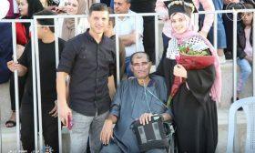 رغم مرضه المزمن.. فلسطيني يحضر حفل تخرج ابنته على كرسي متحرك- (صور)