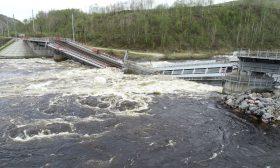 انهيار جسر معلق أثناء مرور شاحنة فوقه- (شاهد)