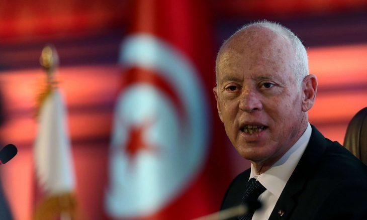 الرئيس التونسي يجمد سلطات البرلمان ويعفي رئيس الحكومة.. والغنوشي يتهمه بالانقلاب على الدولة
