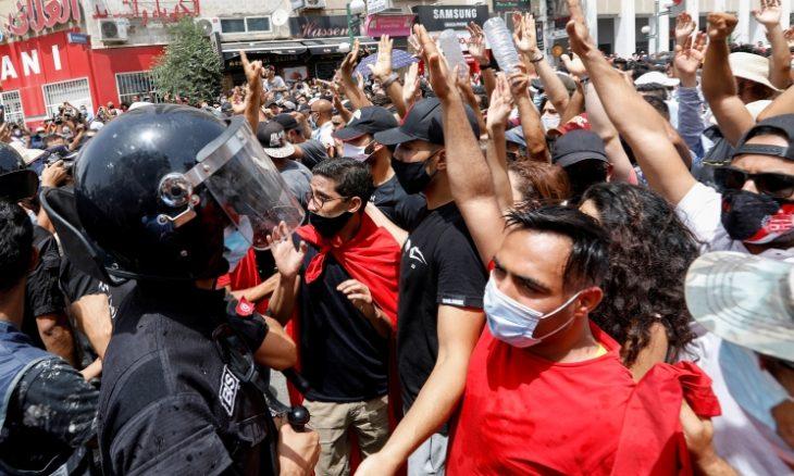 احتجاجات في تونس و«النهضة» تتهم «عصابات» موجهة خارجيا بحرق مقارها
