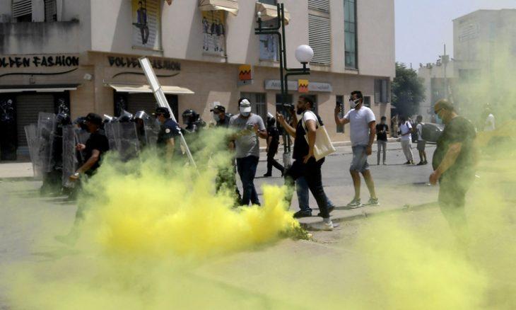 """تونس.. يوم حافل بدأ باحتجاجات معتادة وانتهي بقرارات """"مفاجأة"""""""