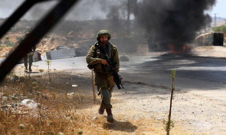 الاحتلال الإسرائيلي يداهم مؤسستين أهليتين وسط الضفة