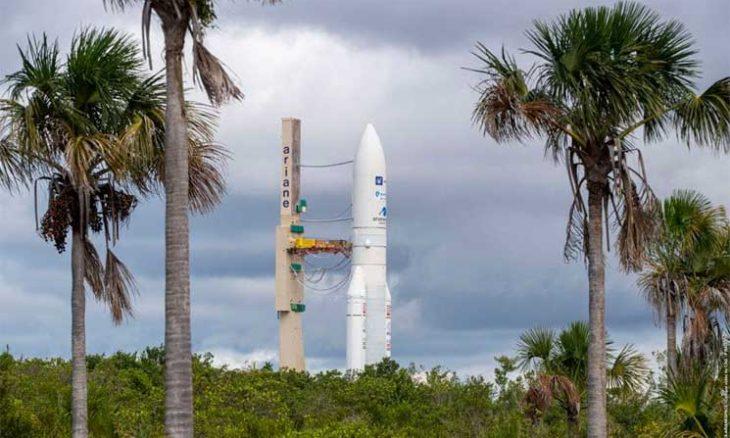 """صاروخ """"أريان 5"""" ينطلق إلى الفضاء حاملا قمرين اصطناعيين"""