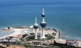 امرأة تحاول تحريك سيارتها.. فتصطدم بـ7 سيارات متوقفة في الكويت- (شاهد)