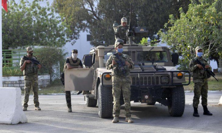 تونس: دعوات لـ «تحرير» الرئيس من محيطه الأمني… وأحزاب تطالب الجيش بالابتعاد عن الصراع السياسي